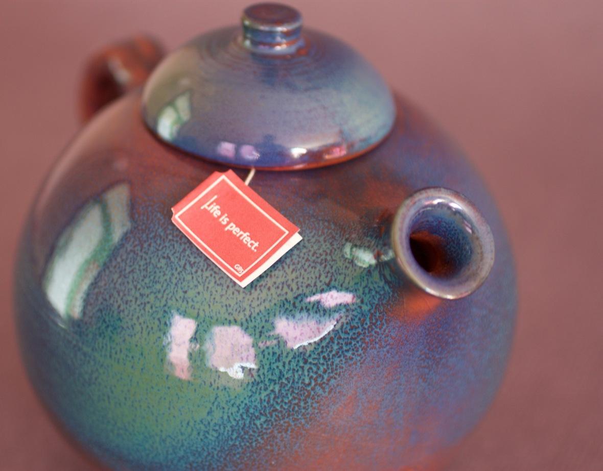 théière en faïence rouge avec pulvérisation d'oxyde de cuivre et de cobalt