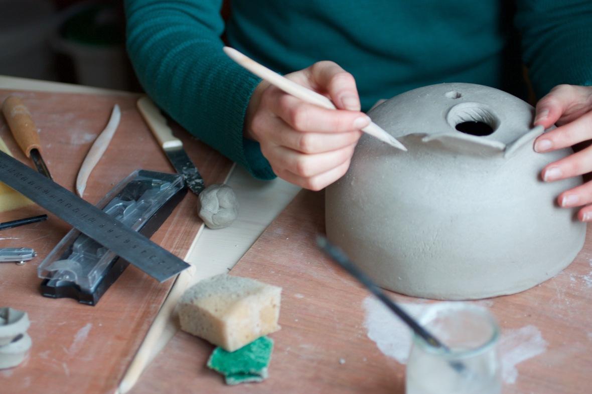 élève réalisant un nichoir à mésange bleue