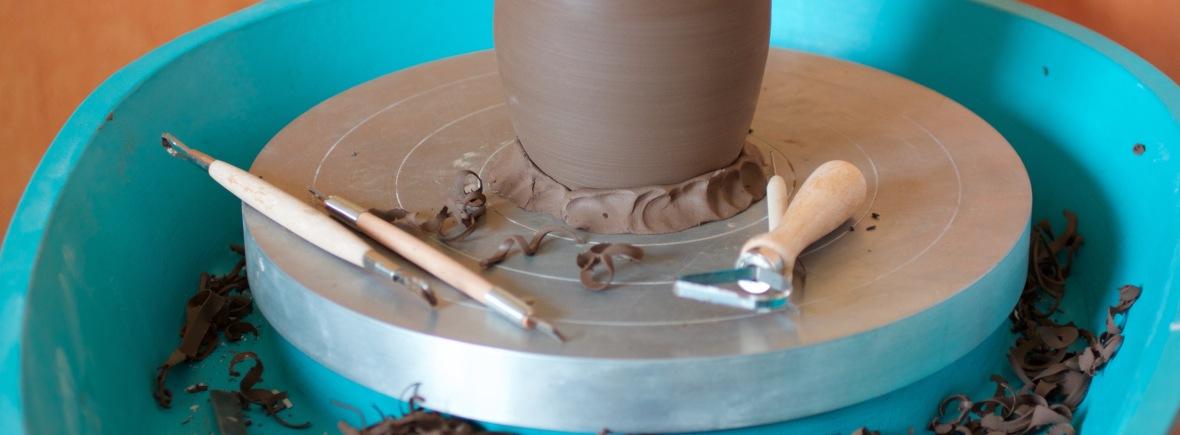 cours de poterie à Grenoble élémenTerres : tournassage de grès noir