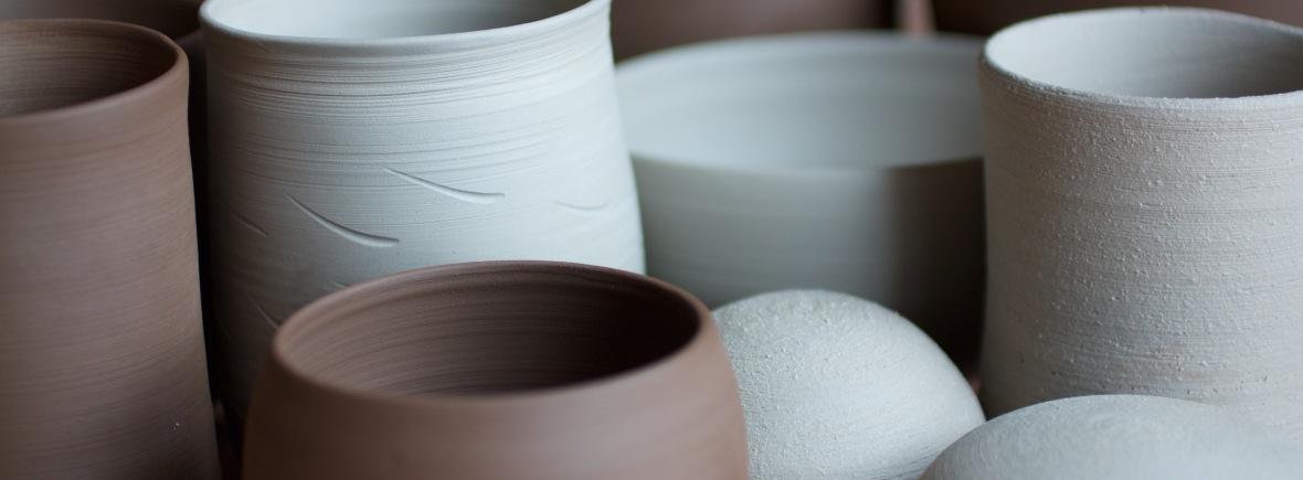 matière et couleur : grès et faïence, blanc ou noir, chamotte ou lisse